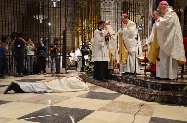 Postración Mons. Juan Antonio Aznárez