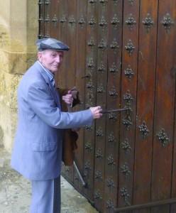 Abriendo la puerta de la iglesia